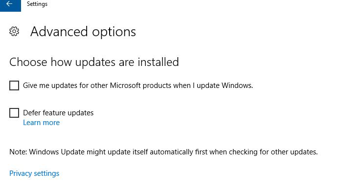 Depuis cette fenêtre, vous pouvez gérer toutes les options de paramètres pour les mises à jour. Avec la commande Check for Updates, vous recherchez toutes les nouveautés du Server, celles-ci sont téléchargées automatiquement et installées. Si une mise à jour nécessite un redémarrage, Windows planifie automatiquement le moment indiqué pour cela. Vous pouvez, vous, via le lien Change active hours, fixer une fenêtre temporelle dans laquelle le redémarrage du serveur ne doit pas se produire ! Par la commande Restart Options, vous optez pour un redémarrage à un moment fixe, tandis que le lien Update History affiche une vue d'ensemble des mises à jour déjà installées. De là, vous pouvez aussi désinstaller des mises à jour effectuées et vous faire une idée de toutes les possibilités de restauration disponibles.